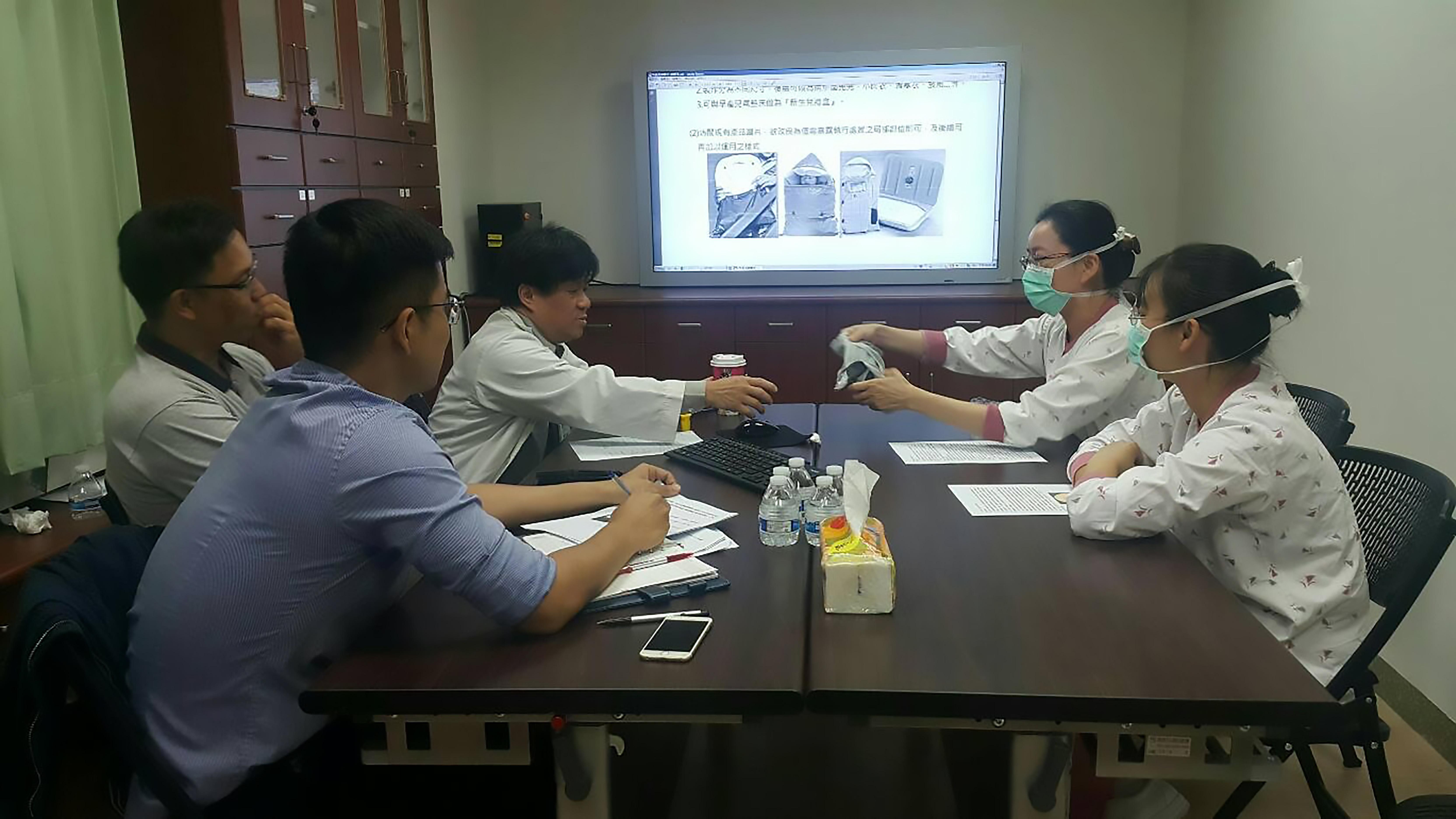 研發過程進行團隊討論會議