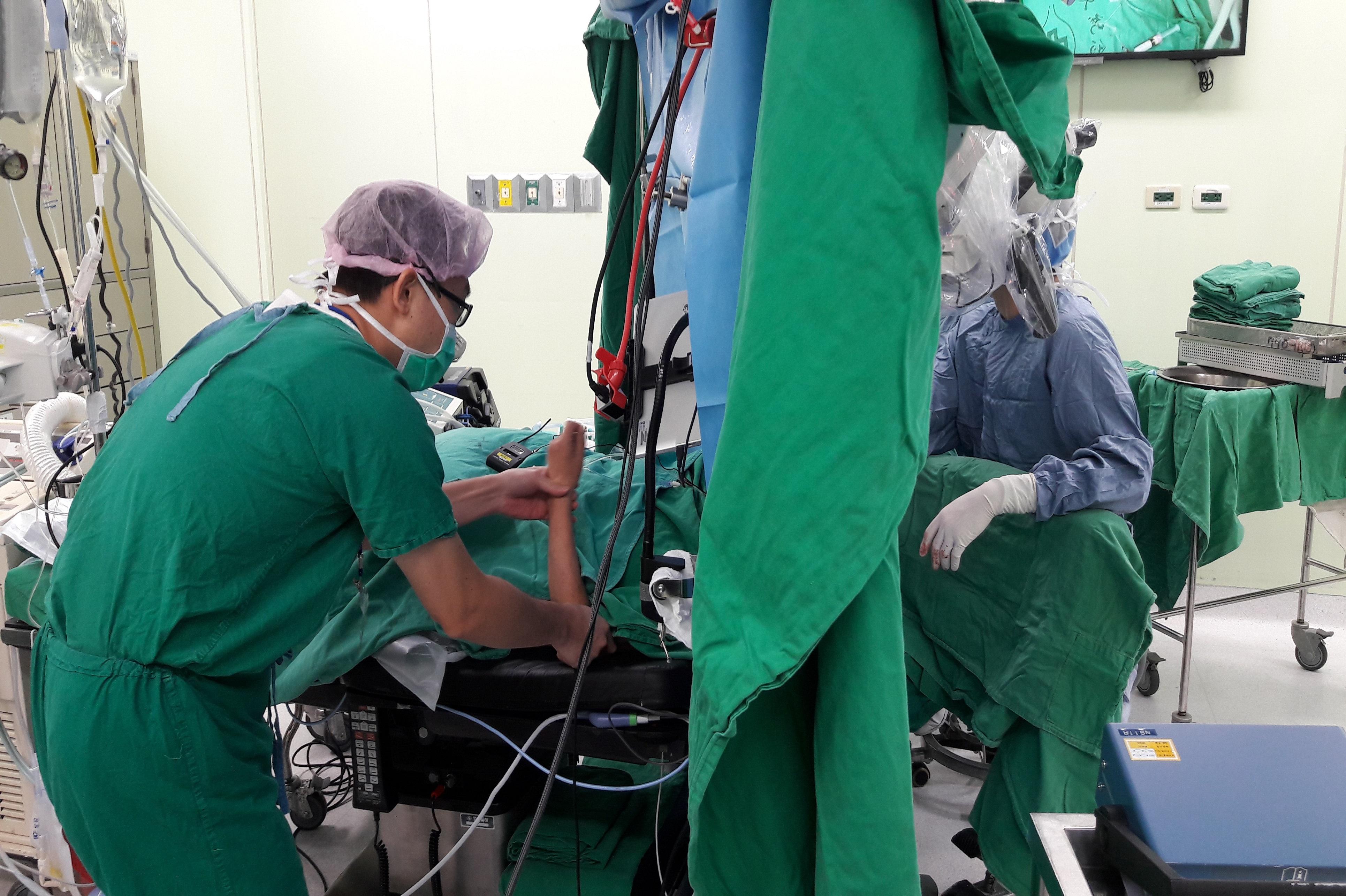 清醒開顱是讓病患保持清醒,一邊進行腦部手術一邊接受術中腦功能測驗。