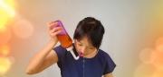 示範使用淨鼻法,配合精研草本萃取精華,清潔並持續治療及舒緩鼻腔畫面。