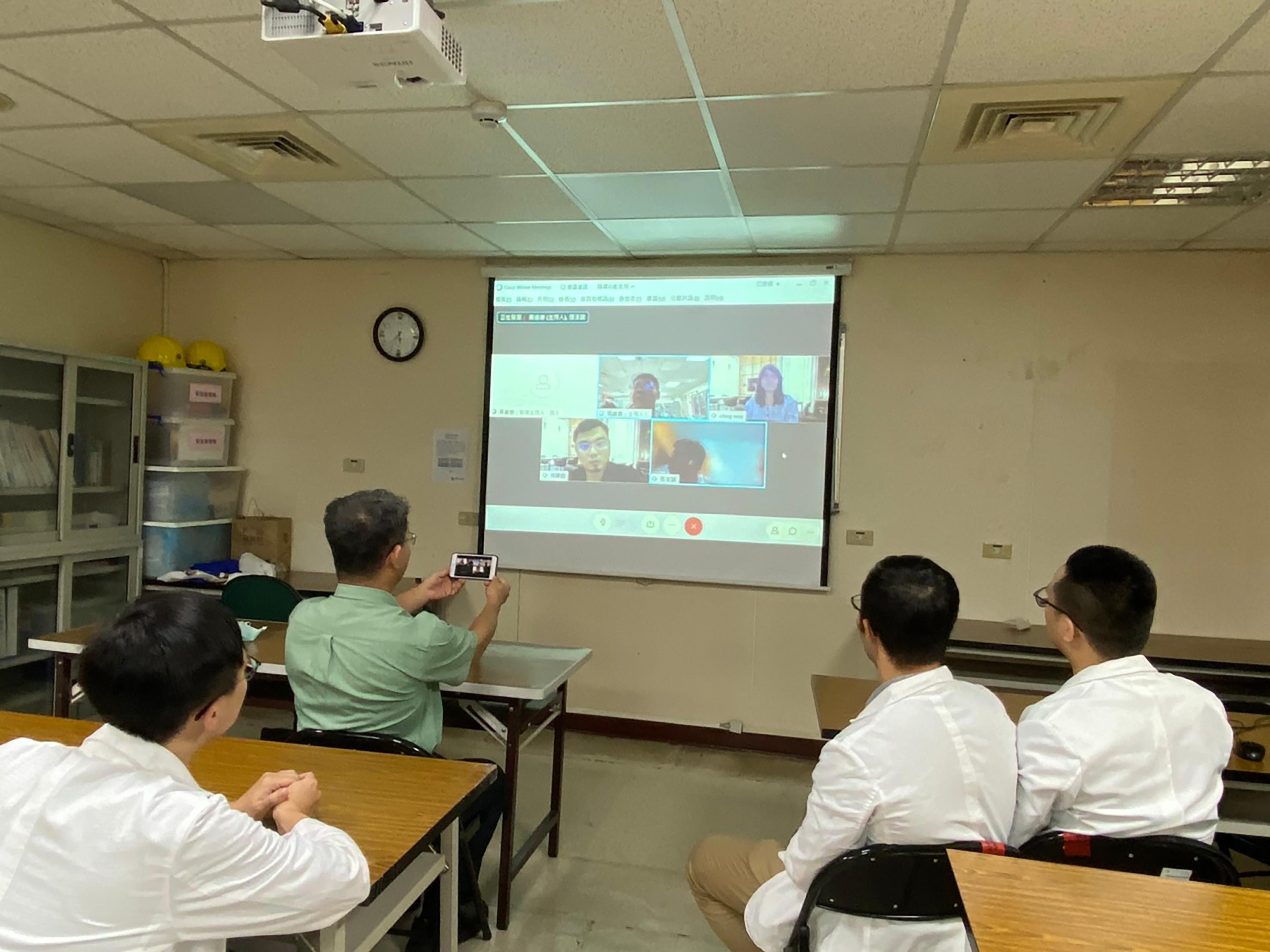 研發照片2_系統規劃會議:中國醫藥大學團隊與臺北醫學大學團隊視訊會議,討論視覺化平台建立、劑量換算功能、處方精簡功能,中醫大設計兩功能的演算法,並資訊交換給北醫