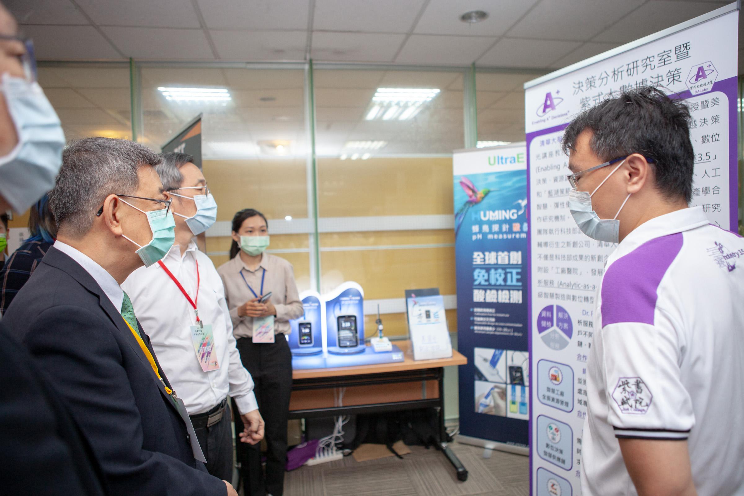 團隊參加科技部萌芽計畫展覽並與前副總統陳建仁與科技部長進行介紹